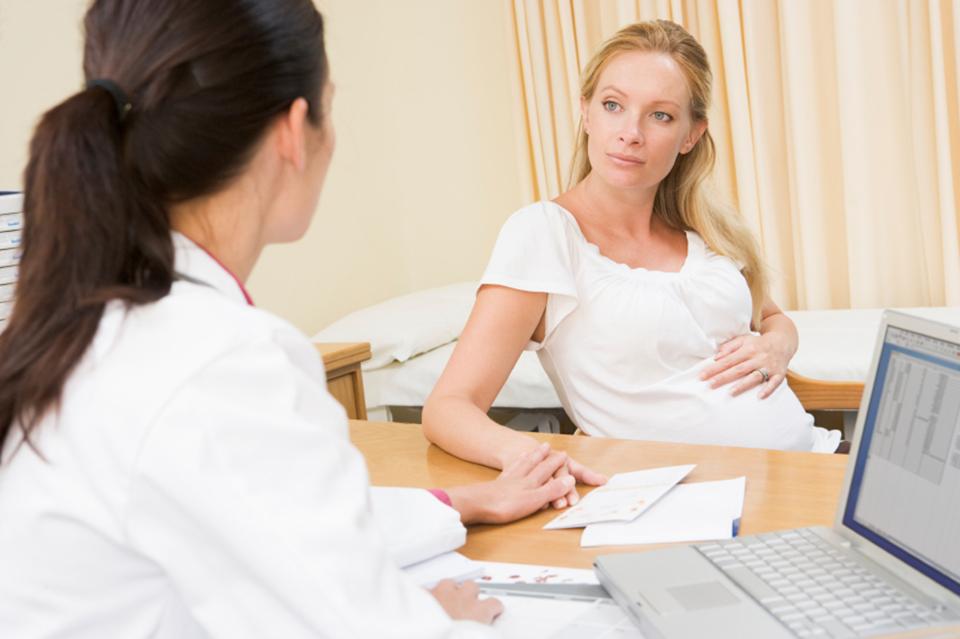Sau khi thăm khám, tùy mức độ bệnh trĩ mà bà bầu sẽ được khuyên sinh thường hay sinh mổ