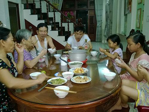 Chế độ ăn uống sinh hoạt bất hợp lý có thể là nguyên nhân gây bệnh trĩ cho nhiều thành viên trong gia đình