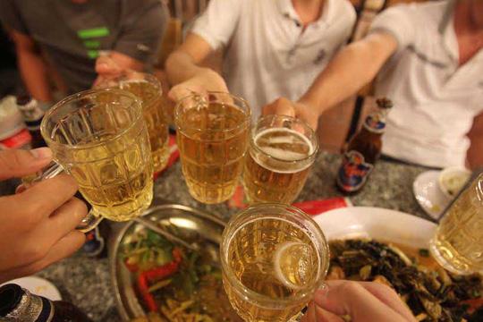 Triệu chứng táo bón sẽ tồi tệ hơn khi dùng nhiều đồ uống có cồn