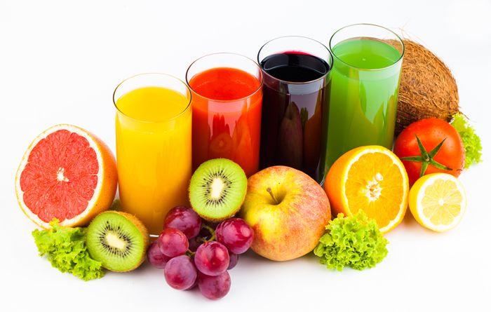 Nước lọc và các loại nước ép trái cây cần được bổ sung nhiều hơn nếu bạn mắc chứng đi ngoài ra máu