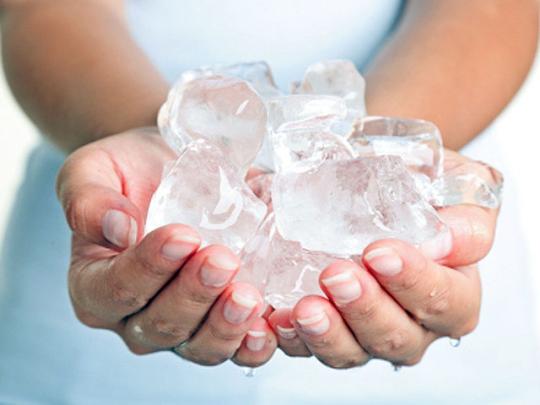 Đá lạnh có thể làm co búi trĩ, giảm đau và cầm máu