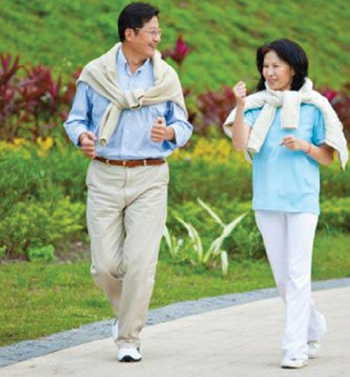 Vận động nhẹ nhàng, tránh ngồi xổm hay đứng lâu dễ gây chảy máu trĩ