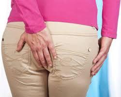 Bệnh trĩ gây ra cảm giác vướng víu và đau rát hậu môn khó chịu