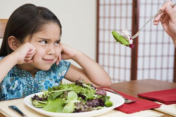 Táo bón ở trẻ thường do chế độ ăn uống ít chất xơ và thiếu nước