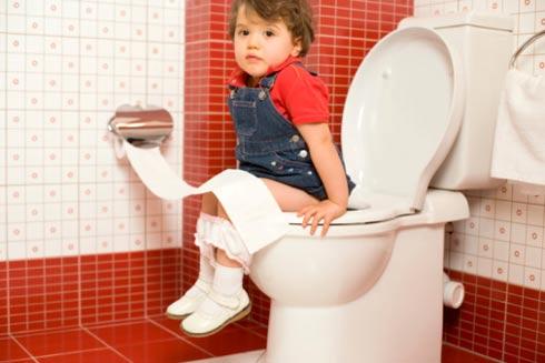 Tập cho bé thói quen đại tiện hàng ngày vào khung giờ cố định sẽ tránh được táo bón