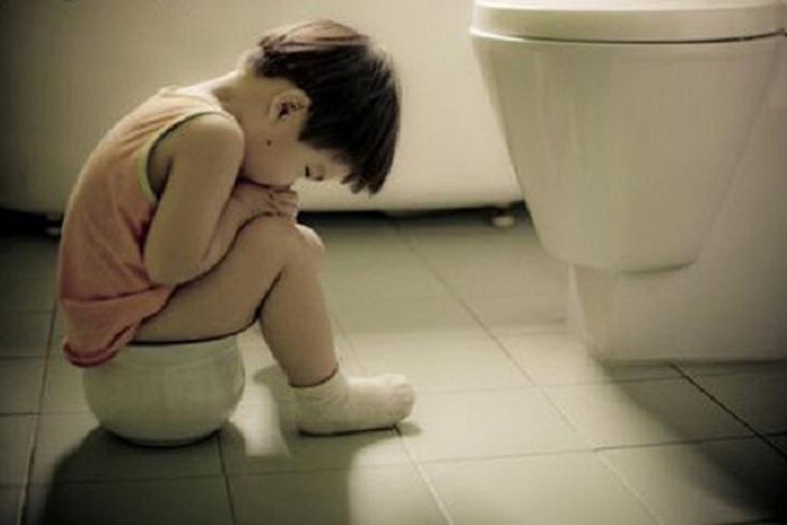 Nhịn đại tiện dễ gây táo bón ở trẻ