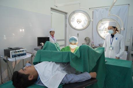 Nằm ngửa là tư thế chuẩn bị phổ biến khi phẫu thuật cắt trĩ