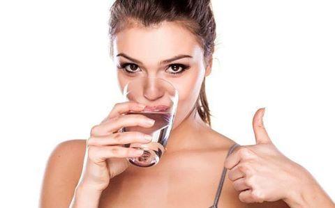 Uống đủ nước mỗi ngày rất tốt cho sức khỏe và phòng bệnh trĩ hữu hiệu