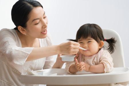 Nếu trẻ đại tiên ra máu do táo bón thì chỉ cần điều chỉnh chế độ ăn uống và sinh hoạt