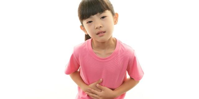 Bệnh kiết lị khiến trẻ hay bị đau bụng, đại tiện khó khăn và có lẫn đờm nhớt, có máu