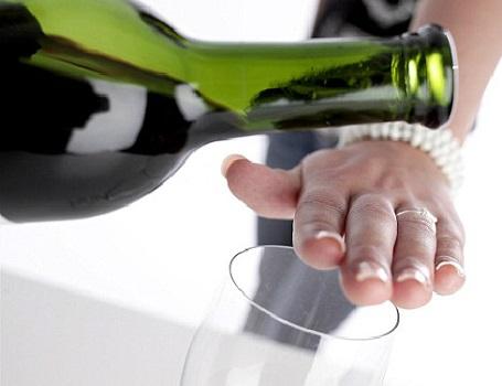 Rượu bia và các chất kích thích khác cũng được liệt kê vào danh sách việc cần tránh sau cắt trĩ