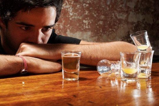 Bị nứt kẽ hậu môn hãy kiêng rượu bia và các chất kích thích khác