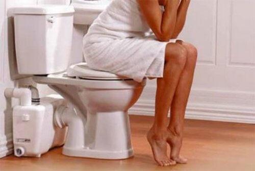 Nhịn đại tiện gây táo bón, gây áp lực lên tĩnh mạch hậu môn và dẫn đến bệnh trĩ