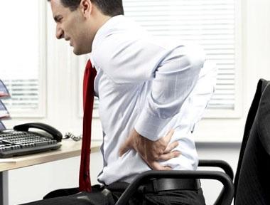 Đau đớn khi đi lại và việc ngồi cũng khó khăn là triệu chứng trĩ ngoại tắc mạch