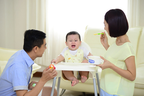 Trẻ biếng ăn, bỏ bữa, thường xuyên quấy khóc, đại tiện ít,... Hãy coi chừng trẻ bị táo bón