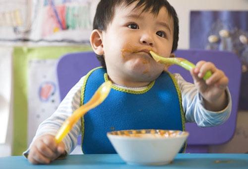 Khẩu phần ăn dặm dư đạm và tinh bột nhưng lại thiếu chất xơ và nước là nguyên nhân khiến trẻ táo bón