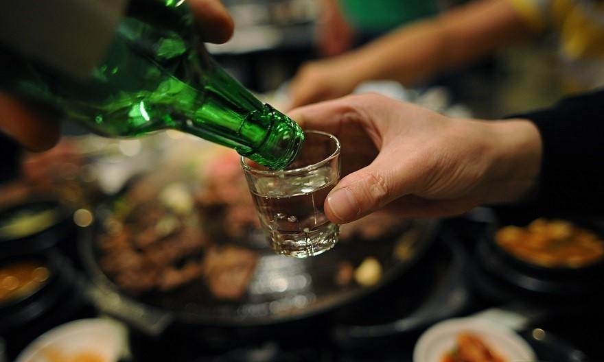 Đi cầu ra máu sau khi dùng rượu bia nguy hiểm không?