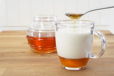Mật ong pha sữa ấm cũng giúp cải thiện triệu chứng táo bón