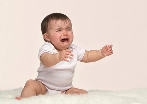 Nứt kẽ hậu môn là nguyên nhân khiến trẻ quấy khóc mỗi lần đại tiện và đi tiêu ra máu tươi