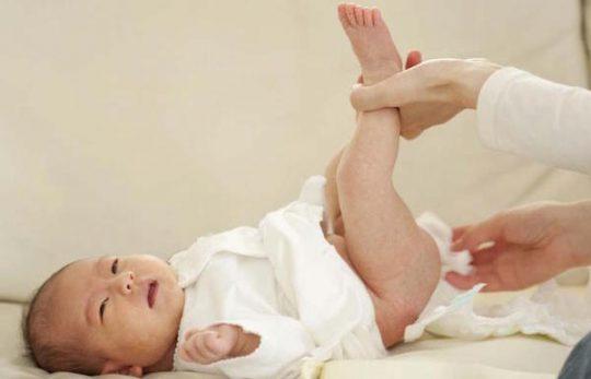 Trẻ 2-3 tháng đi ngoài ra máu là bị gì?