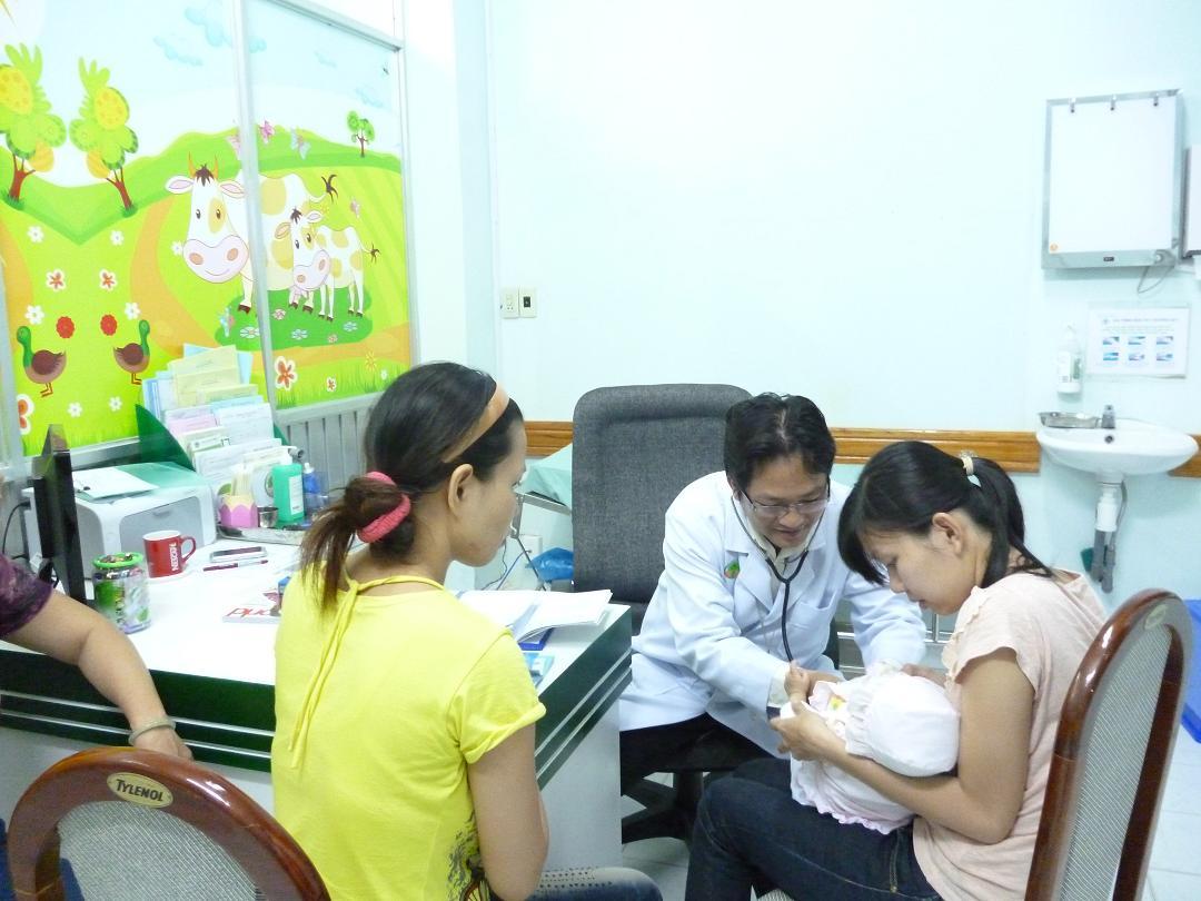 Trẻ sơ sinh bị đi tiêu có máu cần thăm khám và xử lý ngay