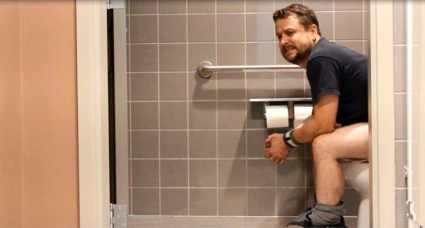 Đi vệ sinh sai cách dễ gây bệnh trĩ
