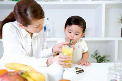 Khuyến khích uống nhiều nước nếu bé yêu bị táo bón