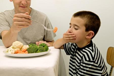 Táo bón khiến trẻ khó chịu, có thể gây chán ăn và chậm lớn,...