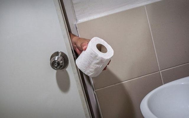 Tránh sử dụng khăn giấy kém chất lượng, có màu và có mùi,... khi mắc bệnh trĩ