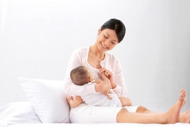 Trẻ sơ sinh bú mẹ bị táo bón thường do chế độ ăn của mẹ