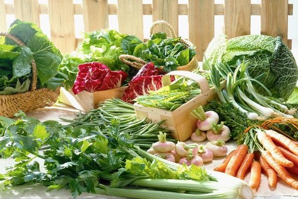 Mẹ nên tăng cường bổ sung chất xơ và vitamin từ rau củ quả nếu bé yêu bị táo bón