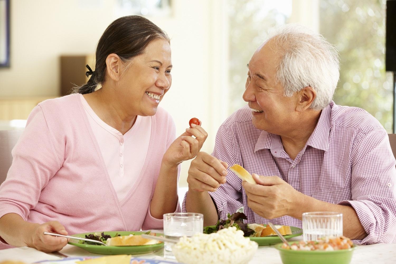 chế độ ăn uống cho người già bị táo bón