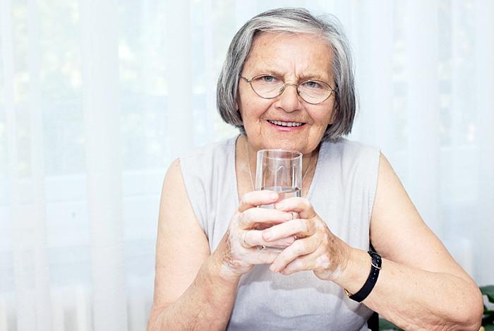 người già uống nhiều nước để phòng ngừa và trị táo bón
