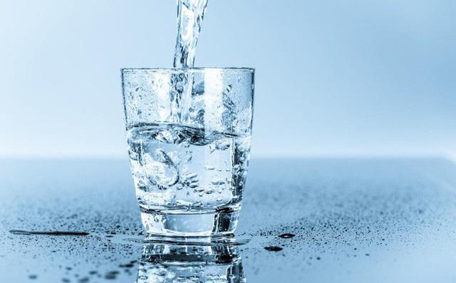 Lười uống nước là việc làm cần tránh khi bị trĩ