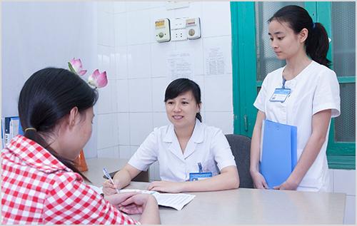 bác sĩ nữ khám bệnh trĩ
